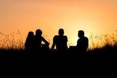 Jugendliche, die Sonnenuntergang aufpassen Lizenzfreies Stockfoto