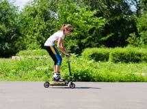Jugendliche, die Spaß auf einem Roller hat lizenzfreies stockfoto