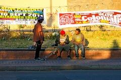 Jugendliche, die in die Straße von Johannesburg-Stadt Skateboard fahren Lizenzfreies Stockfoto