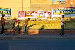 Jugendliche, die in die Straße von Johannesburg-Stadt Skateboard fahren Stockfotografie