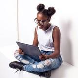 Jugendliche, die Tablette verwendet Stockfoto