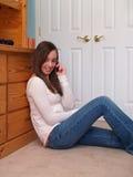 Jugendliche, die am Telefon spricht Stockfotos