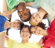 Jugendliche, die unten Kamera untersuchen Lizenzfreies Stockbild