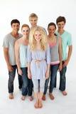 Jugendliche, die vor der Kamera stehen Stockfotos