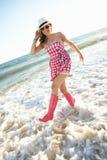 Jugendliche, die Wellington-Matten trägt Stockfotos