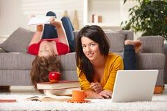 Jugendliche, die zu Hause erlernen Stockfoto