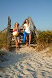 Jugendliche, die zum Strand laufen Stockfoto