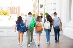 Jugendliche, die zur Schule gehen lizenzfreies stockfoto