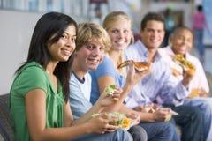 Jugendliche, die zusammen das Mittagessen genießen Stockfoto
