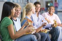 Jugendliche, die zusammen das Mittagessen genießen Stockbilder