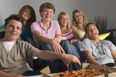 Jugendliche, die zusammen Getränke genießen Lizenzfreies Stockfoto
