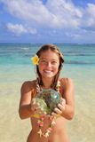 Jugendliche durch den Ozean in Hawaii Lizenzfreie Stockbilder