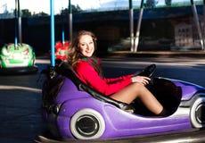 Jugendliche in einem elektrischen Autoskooter Lizenzfreie Stockfotos