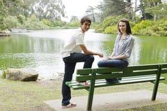 Jugendliche in einem Park stockfotos