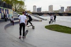 Jugendliche fahren Skateboard Lizenzfreie Stockbilder
