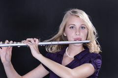 Jugendliche-Flöte-Spieler auf Schwarzem Stockfotos