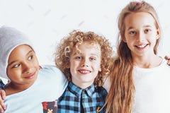 Jugendliche Freunde, die freudig lächeln stockfoto