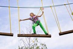 Jugendliche geht auf ein Brett in einem extremen Park Lizenzfreie Stockbilder