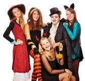 Jugendliche gekleidet in den Kostümen für Halloween Stockfotos