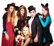Jugendliche gekleidet in den Kostümen für Halloween Stockfoto