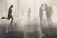 Jugendliche im Brunnen am heißen Sommertag Stockfoto