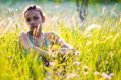 Jugendliche im hohen Gras Lizenzfreie Stockfotos
