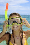 Jugendliche im Ozean mit Schablone Stockbilder