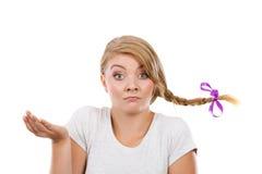 Jugendliche im Zopfhaar, das denkendes Gesicht macht stockbild