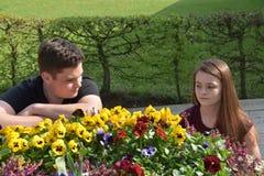 Jugendliche, Mädchen und Junge haben Streit stockbilder