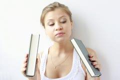Jugendliche möchte ein Buch wählen Lizenzfreies Stockfoto