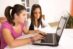 Jugendliche mit Computer stockbilder