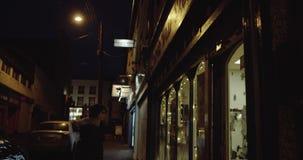 Jugendliche mit dem langen Brunettehaar, das im Fenster einer Stadt in Irland schaut 4K stock video