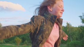 Jugendliche mit dem langen Haar, das im Wald entlang einen Weg läuft Mädchenläufe entlang der Waldweg Zeitlupe stock footage