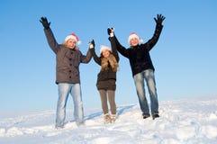 Jugendliche mit den Händen oben im Winter stockbilder