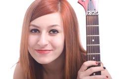 Jugendliche mit einer elektrischen Gitarre auf Weißrückseite Lizenzfreie Stockfotos