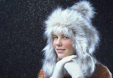 Jugendliche mit einer Pelzmütze Stockfoto