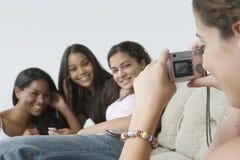Jugendliche mit ihren Freunden. Lizenzfreie Stockfotos