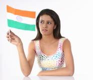 Jugendliche mit indischer Markierungsfahne Stockbild