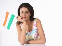 Jugendliche mit indischer Markierungsfahne lizenzfreies stockfoto