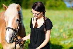 Jugendliche mit Pferd Stockfotos