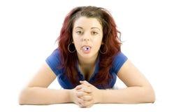 Jugendliche mit Pille auf ihrer Zunge lizenzfreie stockfotografie
