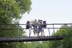 Jugendliche mit Rucksäcken Karte auf Brücke lesend lizenzfreie stockfotografie