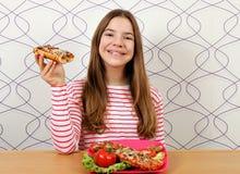 Jugendliche mit Sandwichen lizenzfreies stockbild