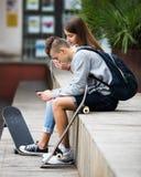 Jugendliche mit smarthphones Stockbilder