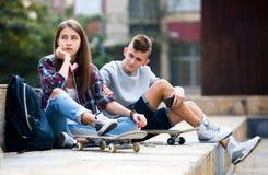 Jugendliche mit smarthphones Lizenzfreie Stockfotos