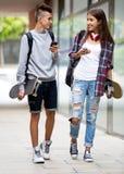 Jugendliche mit smarthphones Lizenzfreie Stockbilder