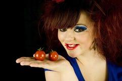 Jugendliche mit Tomaten stockbild
