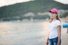 Jugendliche nahe dem Meer Lizenzfreie Stockbilder