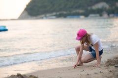 Jugendliche nahe dem Meer Stockbilder
