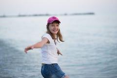 Jugendliche nahe dem Meer Lizenzfreies Stockfoto
